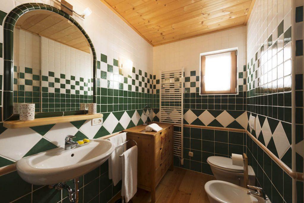 Angeschlossenes Bad im ersten Stock mit Fenster